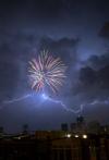 Fuegos artificales en la tormenta