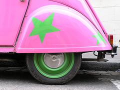 Un 2CV rosa y verde
