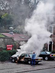 Coche echando humo